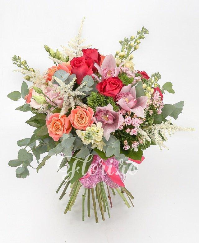 5 trandafiri roșii, 9 trandafiri portocalii, 5 matthiola crem, 3 lisianthus roz, 3 bouvardia roz, 2 garoafe verzi, 4 astilbe albe, cymbidium roz, verdeață