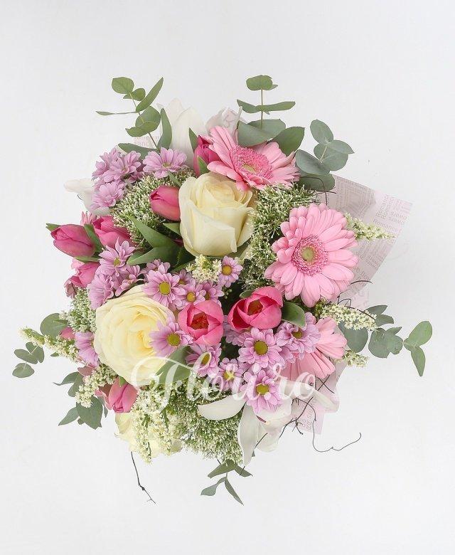 3 trandafiri albi, 3 gerbera roz, 10 lalele roz, 3 santini roz, 4 trachelium alb, 2 solidago, verdeață