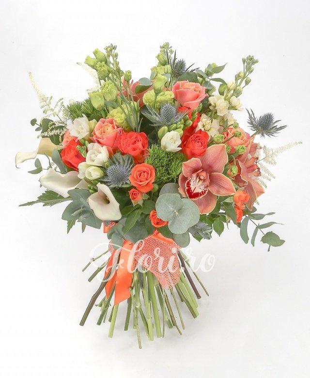 5 trandafiri portocalii, 5 trandafiri ivoir, 3 miniroze portocalii, 3 matthiola crem, 3 garoafe verzi, 5 cale crem, 3 lisianthus verzi, cymbidium maro, 2 eryngium, 5 frezii albe, 3 astilbe albe, verdeață