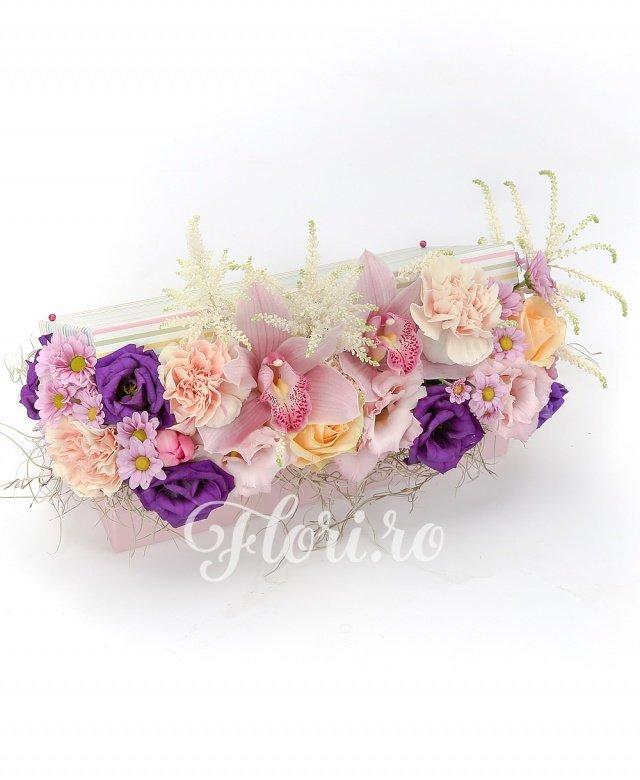 2 trandafiri ivoir, 3 garoafe crem, 3 lalele roz, 2 santini roz, 3 astilbe albe, 2 lisianthus mov, cymbidium roz, verdeață
