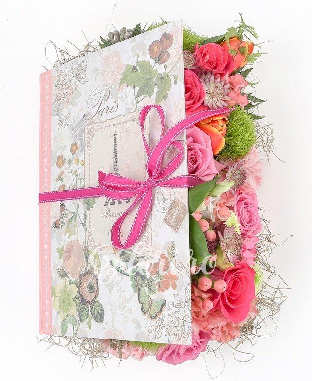 3 trandafiri ciclam, 3 trandafiri roz, 3 lalele portocalii, 3 garoafe roz, 3 garoafe verzi, 2 lisianthus roz, 2 hypericum roz, 1 santini alb, brunia, astilbe roz, 1 eryngium, verdeață