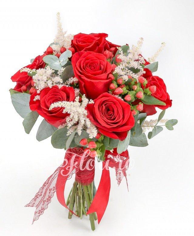 9 trandafiri roșii, 5 astilbe roz, 7 hypericum roșu, verdeață
