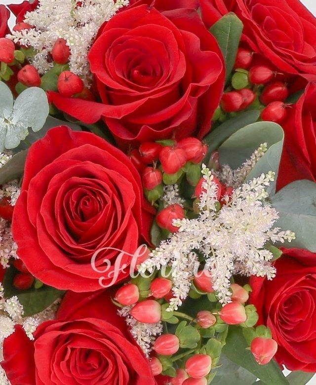 9 trandafiri rosii, 5 astilbe roz, 7 hypericum rosu, eucalypt