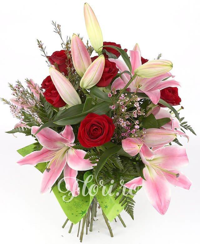 3 crini roz, 7 trandafiri roșii, waxflower, verdeață