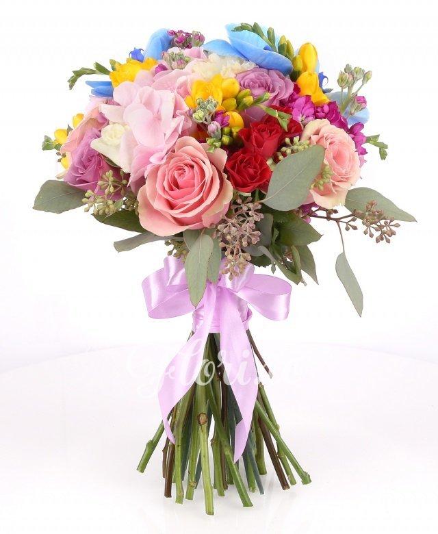 hortensie roz, 7 mathiolla cyclam, 7 frezii galbene, 3 miniroze roșii, 7 trandafiri roz, 9 trandafiri mov, 2 lisianthus alb, orhidee albastră phalaenopsis, verdeață