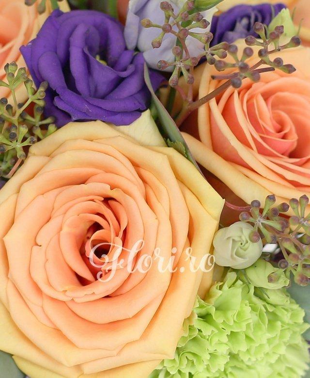 5 trandafiri, 3 garoafe verzi, 2 lisianthus mov, verdeață