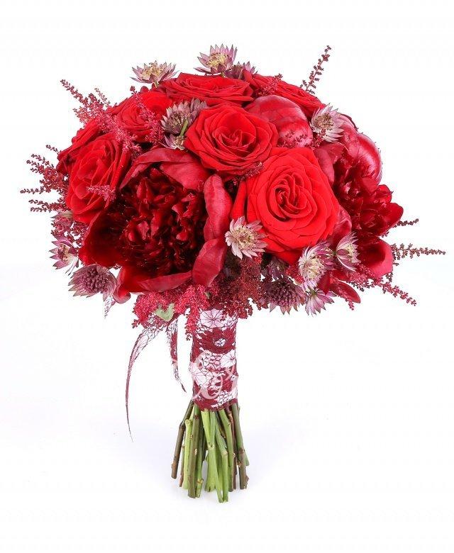 10 bujori grena, 9 trandafiri roșii, 7 astilbe roșii, 10 astranția roșie