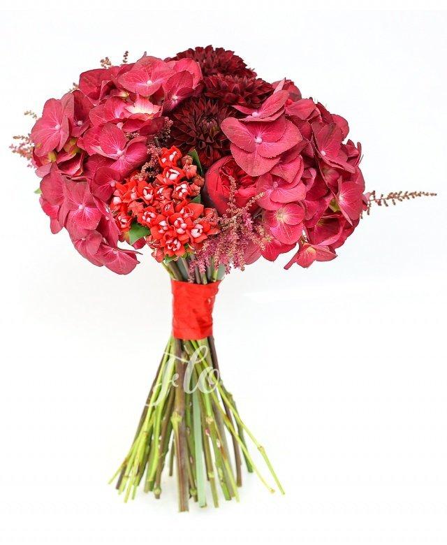 3 hortensii roșii, 7 dalii grena, 10 bouvardia roșii, 10 astranția roșii, 5 trandafiri piano roșu