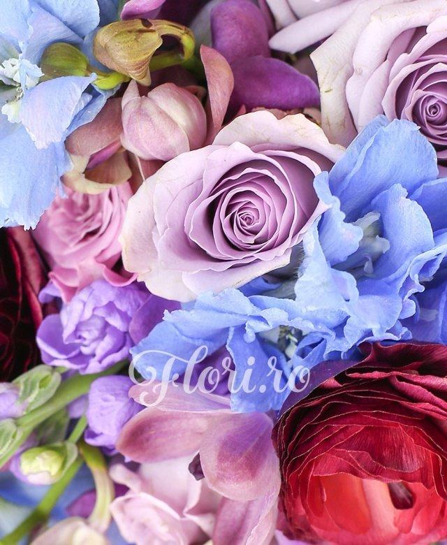 7 matthiola lila, 10 trandafiri mov, 10 trandafiri cool water, 10 orhidee mokara mov, 5 delphinium bleo, 3 ranunculus grena