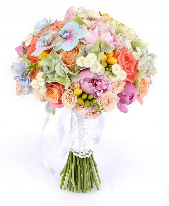 3 hortensii, 7 bujori roz, 10 trandafiri miss piggy, 5 trandafiri peach avalanche, 5 miniroze crem, 5 trandafiri portocalii, 10 frezii galbene, 10 crizanteme tanacetum, 3 orhidee phalaenopsis