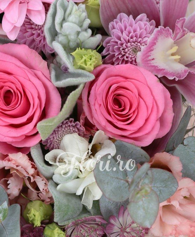 5 trandafiri roz, 3 gerbera roz, 3 astranția, cymbidium, 2 garoafe, 2 lisianthus, 5 frezii albe, verdeață
