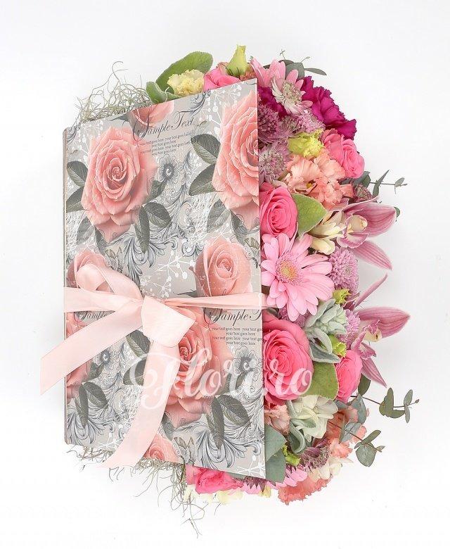 trandafiri roz,  gerbera roz,  astranția, cymbidium,  garoafe,  lisianthus,  frezii albe, verdeață