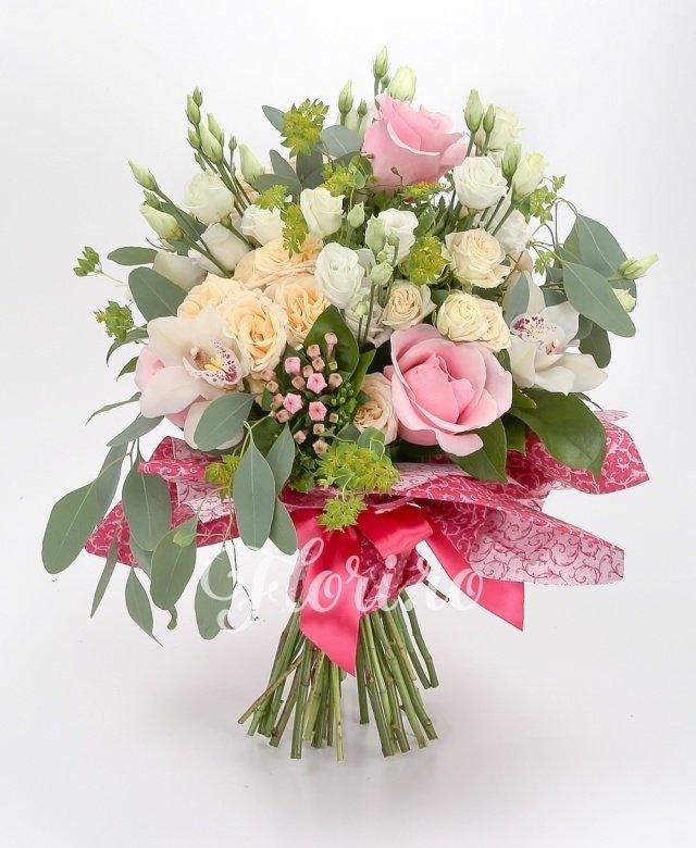 5 trandafiri roz, 3 miniroze crem, 5 lisianthus alb, 3 bouvardia roz, cymbidium alb, verdeață