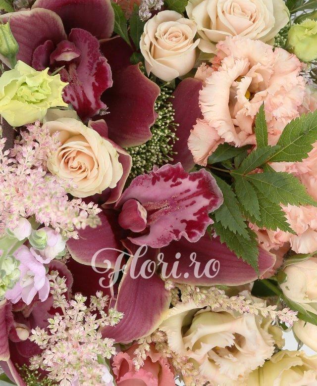 3 lisianthus roz, 2 miniroze crem, 2 matthiola mov, cymbidium grena, 3 astilbe roz, verdeață