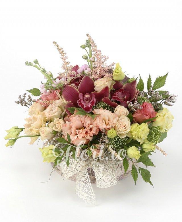 lisianthus roz,  miniroze crem,  matthiola mov, cymbidium grena,  astilbe roz, verdeață