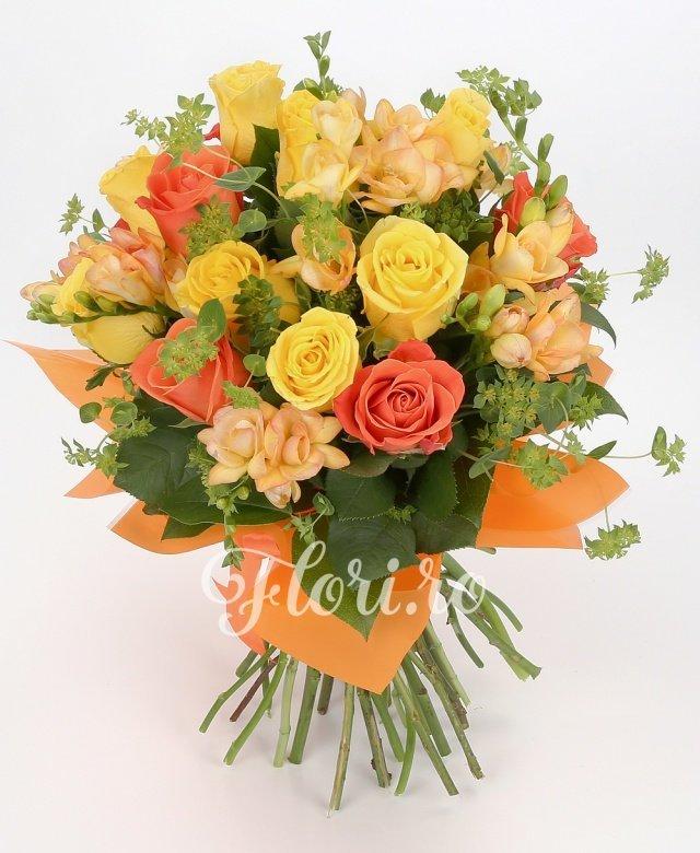 5 trandafiri portocalii, 8 trandafiri galbeni, 10 frezii galbene, verdeață