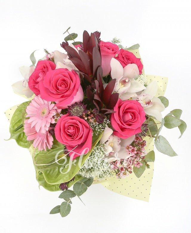 7 trandafiri cyclam, 3 gerbera roz, 2 leucadendron, 3 anthurium verde, 3 trachelium alb, cymbidium alb, astranția grena, waxflower roz, verdeață