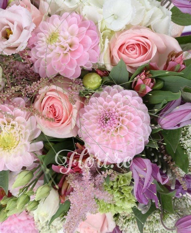 10 trandafiri roz, 10 dalii roz, 3 hortensia albă, 5 trachelium alb, 5 lisianthus roz, 5 alstroemeria roșie, 7 clematis, 5 astilbe roz, 3 brunia, verdeață