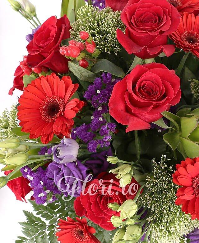 7 trandafiri rosii, 5 gerbera rosii, 2 hypericum, 5 lisianthus mov, limonium, 3 trachelium alb, 3 leucadendron