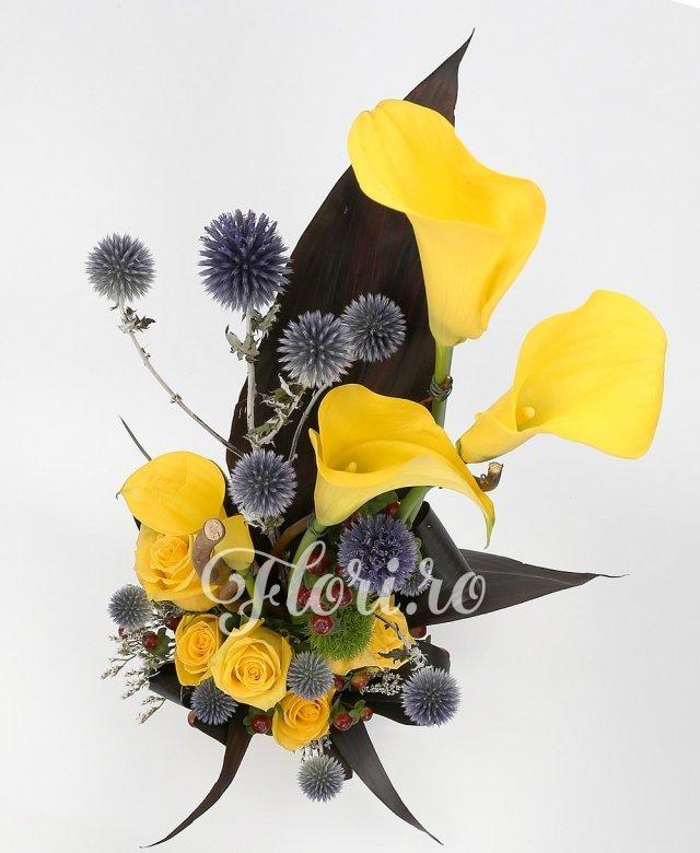 5 trandafiri galbeni, 4 cale galbene, 3 hypericum, 2 dianthus gri, verdeață