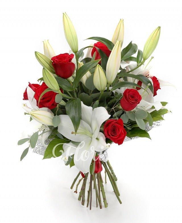 9 trandafiri roșii, 3 crini imperiali albi, verdeață