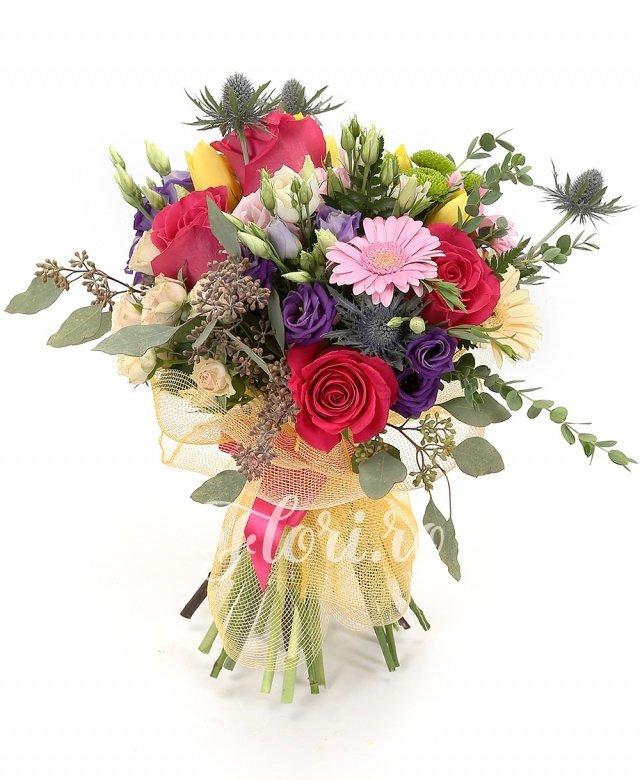 5 trandafiri cyclam, 2 lisianthus alb, 5 lalele galbene, 2 eryngium, 3 gerbera crem, 3 gerbera roz, 3 miniroze roz, 3 lisianthus roz, 5 lalele galbene, 1 santini verde, verdeață