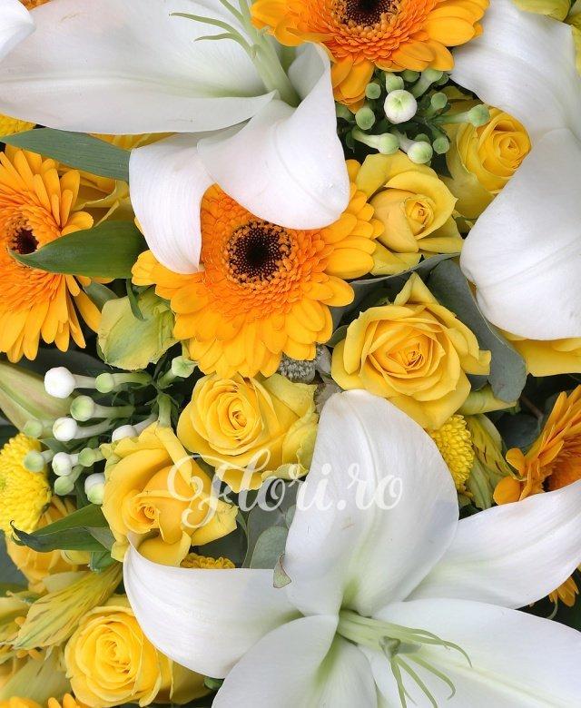10 trandafiri galbeni, 2 crini albi, 10 gerbera galbena, 10 bouvardia alba, 5 miniroze galbene, 5 santini galben, 3 alstroemeria galbena, astrantia alba, salal, suport cruce