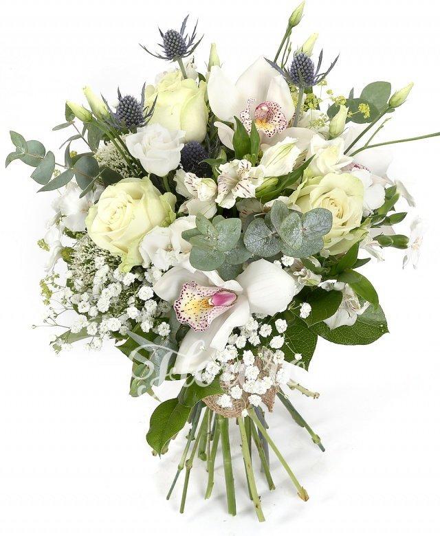 trandafiri albi,  lisianthus alb,  alstroemeria albă,  eryngium alb,  trachelium alb, garofițe, cymbidium, verdeață