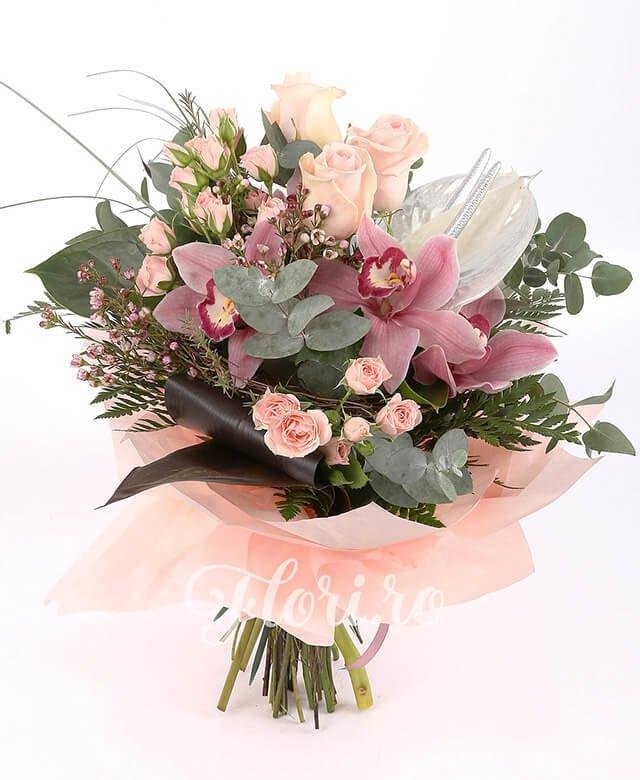 3 trandafiri roz, 1 cymbidium grena, 3 miniroze roz, 2 anthurium, waxflower, verdeață
