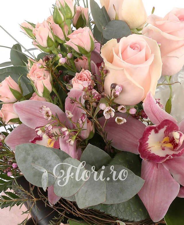3 trandafiri roz, 1 cymbidium grena, 3 miniroze roz, 2 anthurium argintiu, eucalypt, feriga, waxflower, black tie