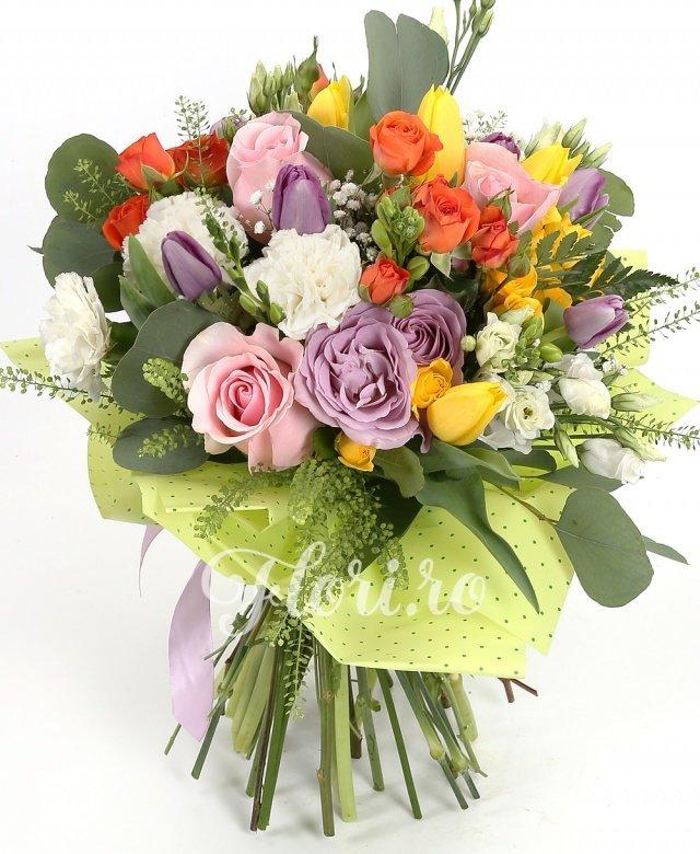 10 lalele mov, 5 lalele galbene, 3 miniroze portocalii, 5 garoafe albe, 3 trandafiri roz, 2 trandafiri mov, 3 miniroze galbene, 10 frezii albe, 3 lisianthus alb, verdeață