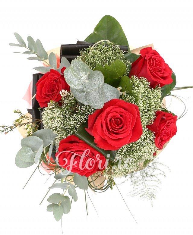 5 trandafiri albi, 5 trachelium alb, verdeață