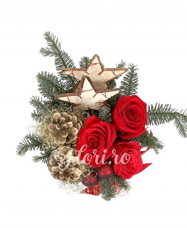 3 trandafiri roșii, brad argintiu, decorațiuni crăciun, coș