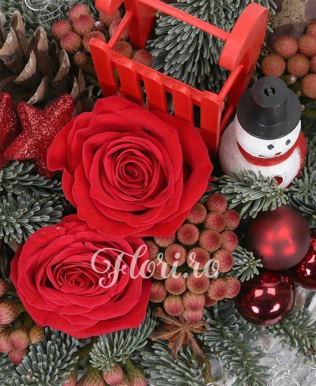 2 trandafiri roșii, 5 brunia, brad argintiu, decorațiuni crăciun, coș nuiele