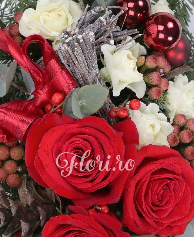 3 trandafiri roșii, 5 brunia, 3 miniroze, ilex, verdeață, brad argintiu, decorațiuni crăciun, vas ceramic