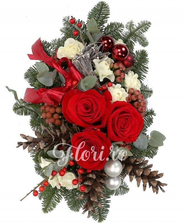 trandafiri roșii,  brunia,  miniroze, ilex, verdeață, brad argintiu, decorațiuni crăciun, vas ceramic