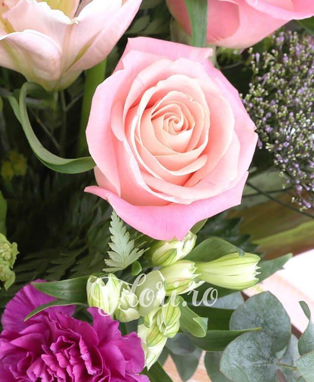 3 crini roz 5 trandafiri roz 3 cale alb cu mijloc mov 6 garoafe siclam 2 traheliu mov 3 astroemeria alba 3 fire bluepeurum 1/2 pachet feriga 3 fire eucalipt 3 frunze dracaena