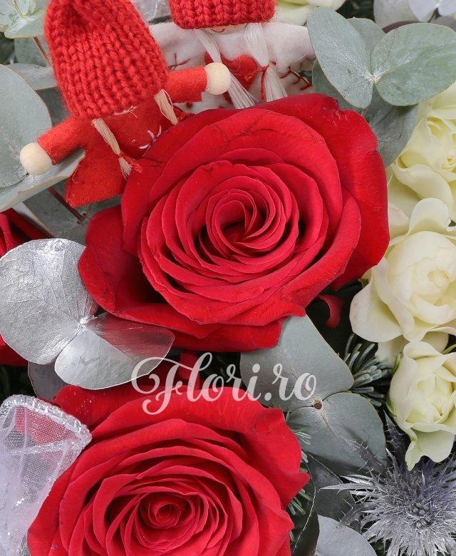 3 trandafiri roșii, 3 miniroze alb, 1 eryngium, 2 anthurium, brad argintiu, verdeață, decorațiuni crăciun, coș nuiele