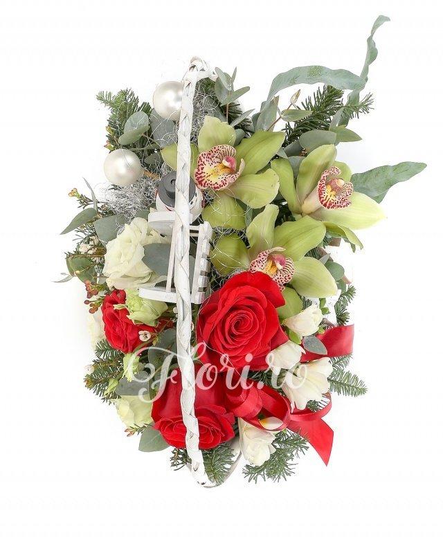 3 trandafiri roșii, 3 cymbidium, 5 frezii, 1 lisianthus alb, waxflower, verdeață, brad argintiu, decorațiuni crăciun, coș