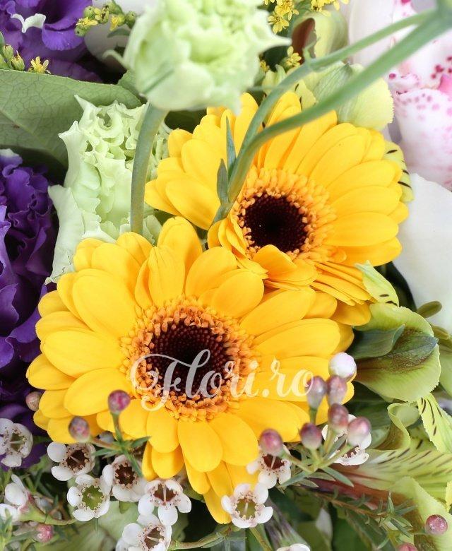 gerbera,  alstroemeria galbene,  trandafiri albi,  lisianthus mov,  solidago, cymbidium, verdeață