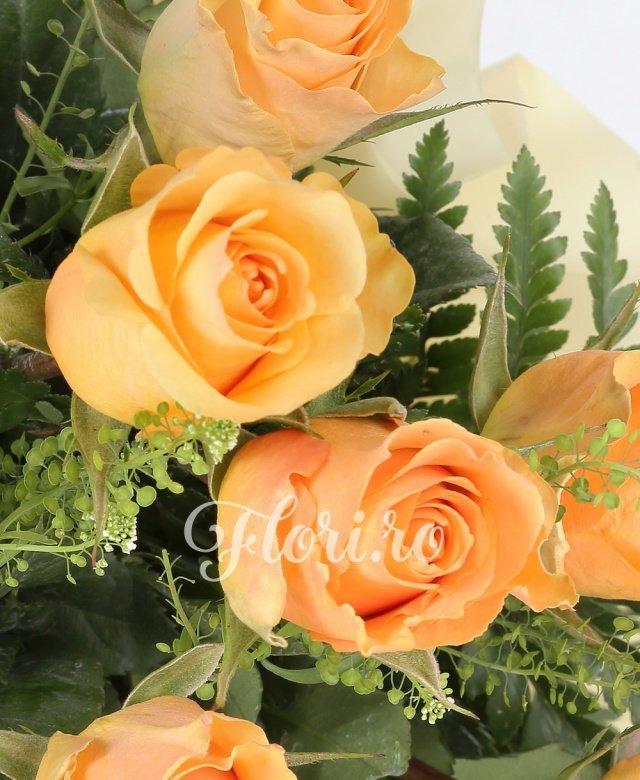 25 trandafiri crem, verdeață