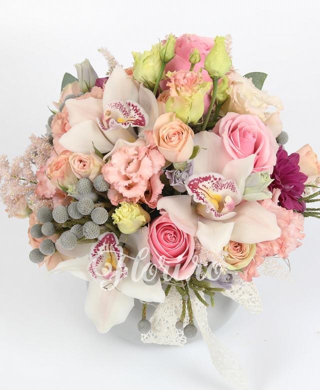 3 trandafiri roz, 3 cupe orhidee albă, 3 fire de lisianthus, 3 brunia, 3 miniroze roz, 2 astilbe, crinzatemă, vas ceramic cu dantelă
