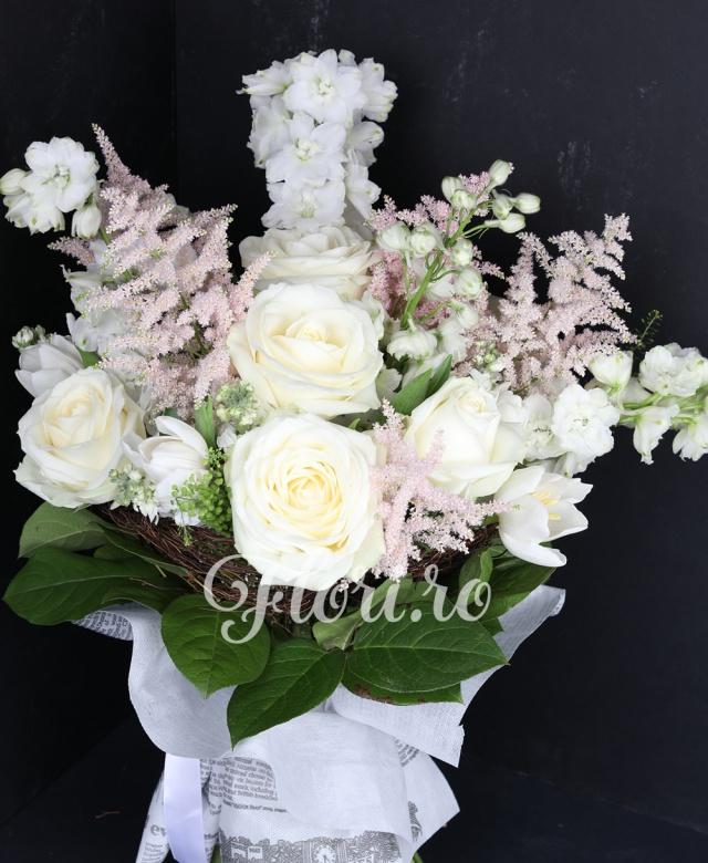 5 delphinium, 5 astilbe, 7 trandafiri albi, 10 lalele albe, verdeață