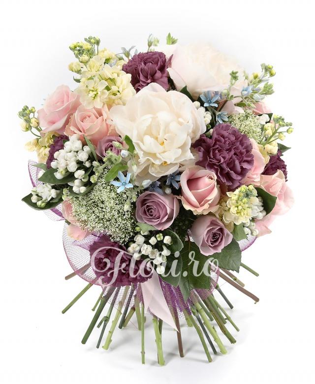 9 trandafiri peach avalanch, 3 bujori albi, 7 matthiolla albă, 7 garoafe mov, 5 trandafiri mov, 5 bouvardia albă, 7 oxypetalum, 5 trachelium, verdeață