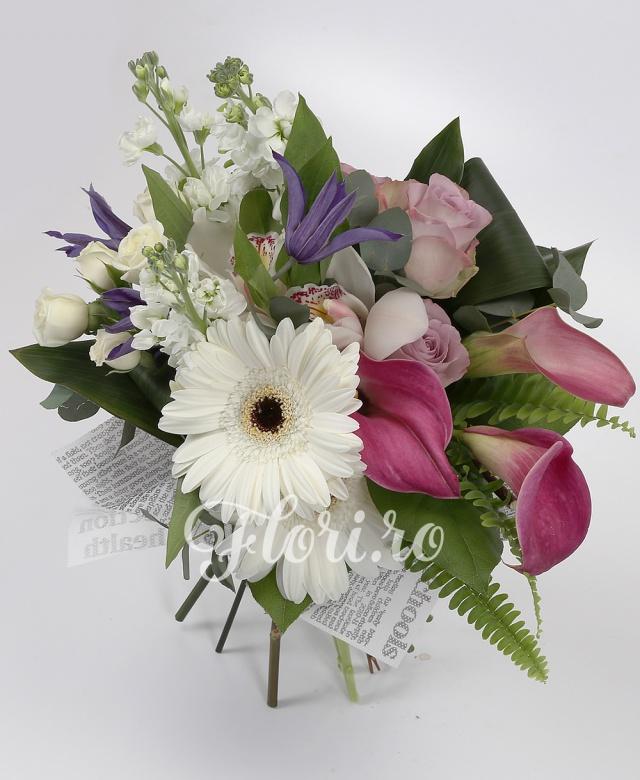3 cale roz, 3 trandafiri mov, 3 matthiolla albă, 3 miniroze albe, 3 clematis, 2 gerbera albă, cymbidium, verdeață