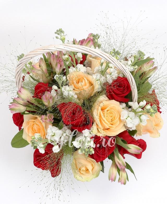 10 trandafiri roșii, 9 trandafiri crem, 10 matthiolla, 5 alstroemeria roz, verdeață