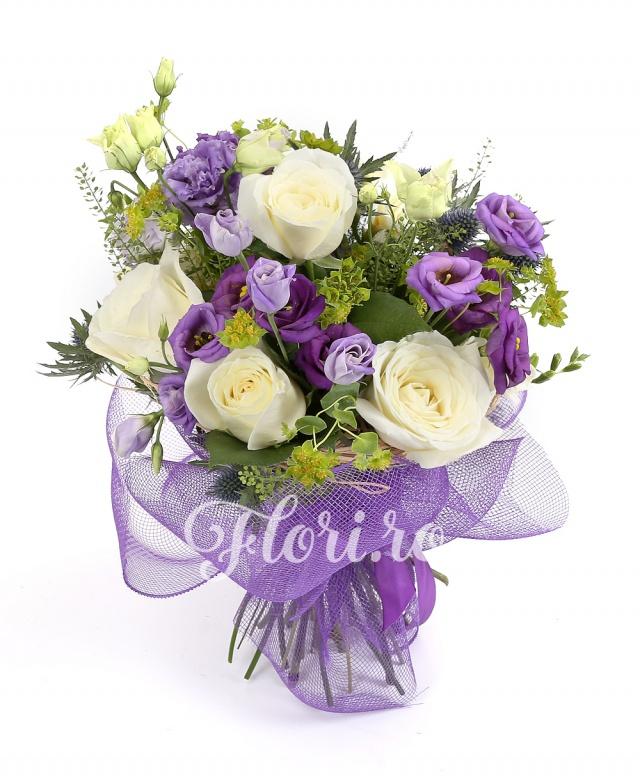 trandafiri albi,  lisianthus mov,  frezii albe, verdeață