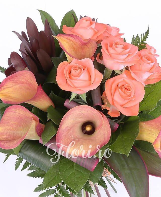 7 trandafiri portocalii, 5 cale portocalii, 5 leucadendron, verdeață