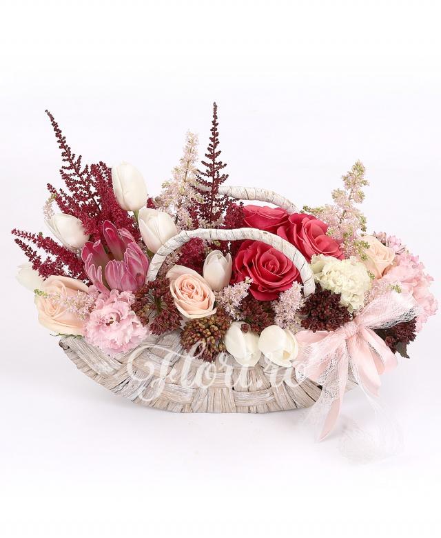 1 proteea, 3 trandafiri ciclam, 2 trandafiri crem, 7 lalele albe, 3 lisianthus roz, 3 astilbe roz, 3 astilbe roșii, 5 alium, verdeață