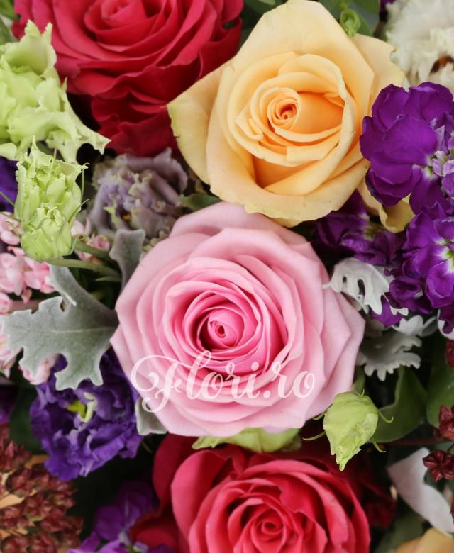 3 trandafiri ciclam, 3 trandafiri peach avalanch, 3 trandafiri roz, 3 trandafiri mov, 5 matthiolla mov, 5 bouvardia roz, 5 alium, 3 lisianthuis mov, 5 lisianthus roz, verdeață